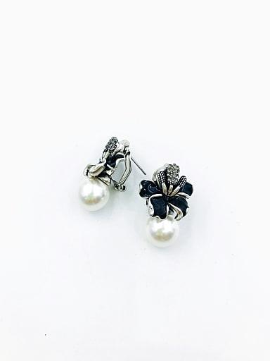 Zinc Alloy Imitation Pearl White Enamel Flower Classic Clip Earring