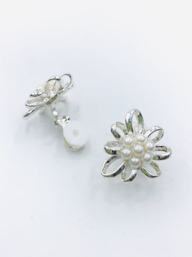 Silver Zinc Alloy Imitation Pearl White Flower Classic Clip Earring
