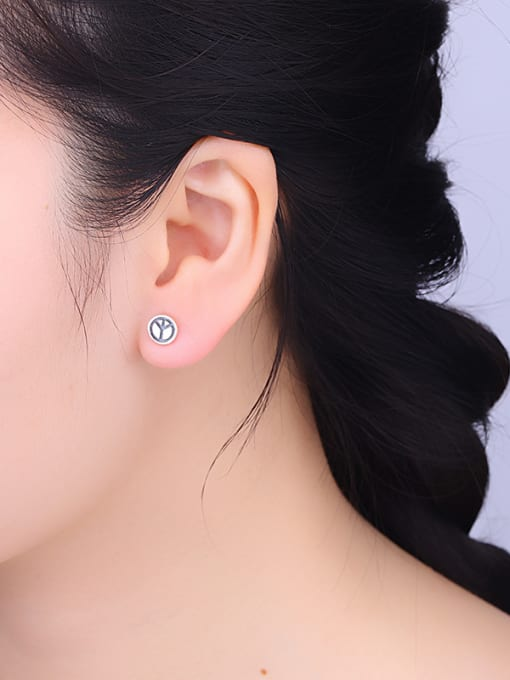 One Silver Women Vintage Round Shaped stud Earring 1