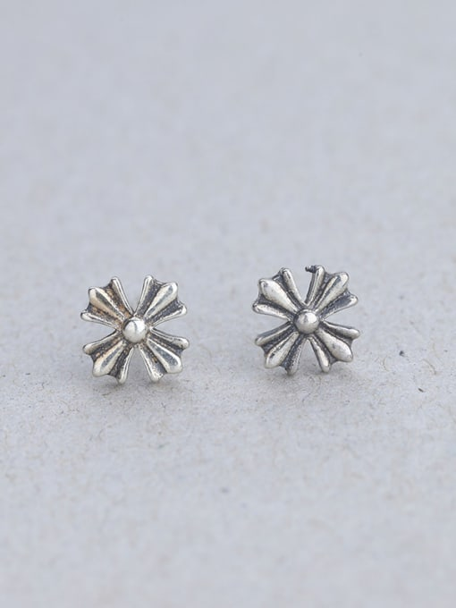 One Silver Retro Style Flower Shaped earring
