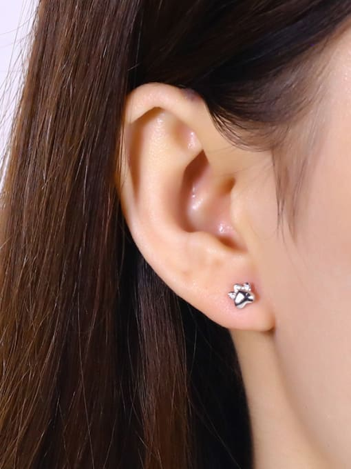 One Silver Cute Claw Shaped stud Earring 1