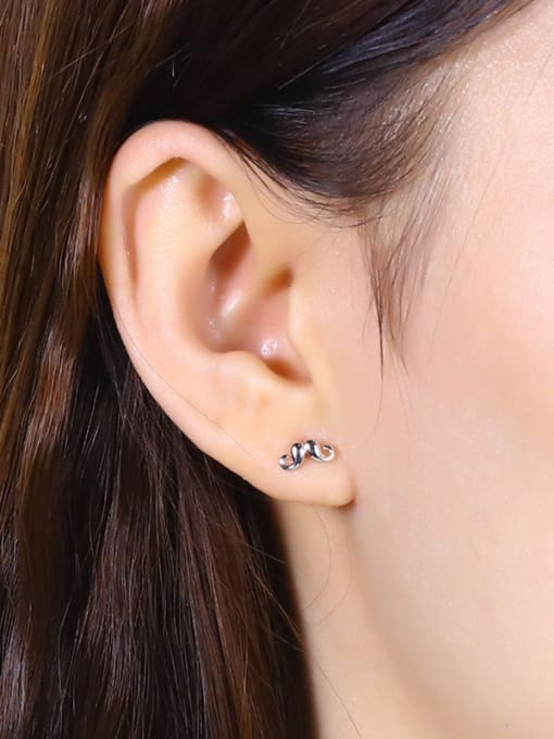 One Silver Exquisite Claw Shaped stud Earring 1