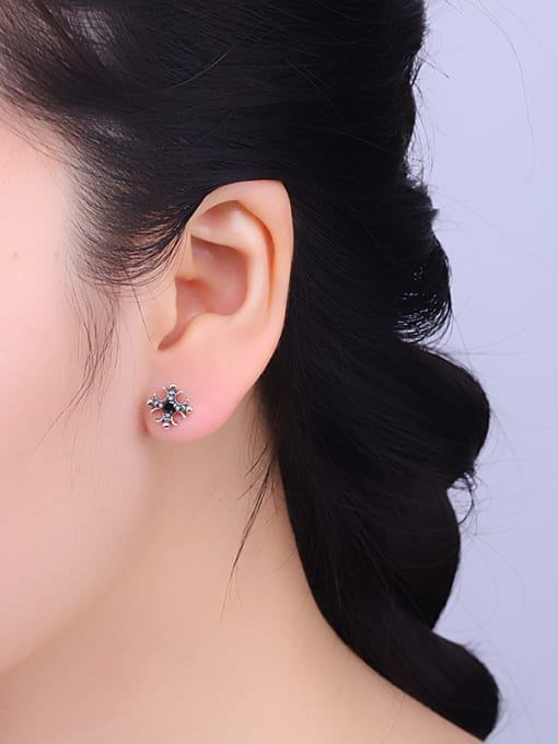One Silver Vintage Style Flower Shaped stud Earring 1