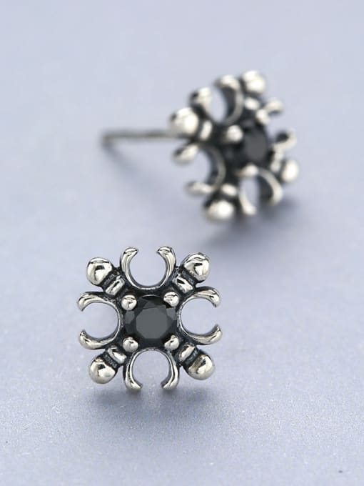 One Silver Vintage Style Flower Shaped stud Earring 2