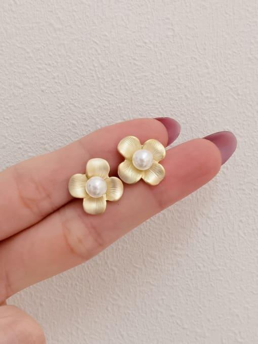 Dumb gold Brass Imitation Pearl Flower Minimalist Stud Earring